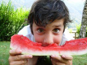 criança comendo melancia