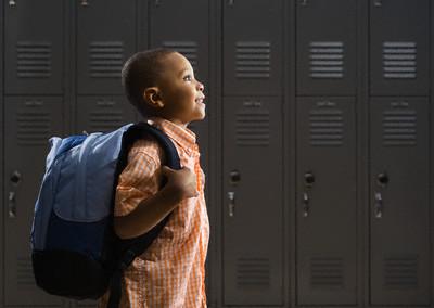 criança com mochila