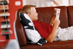 criança lendo gibi