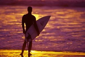 homem na praia - surf