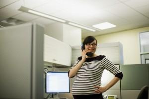 mulher grávida trabalhando