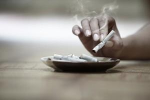 fumando cigarro
